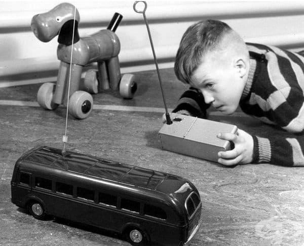 Момче играе с радиоуправляем автобус. Алмело, Холандия, 1957 г.