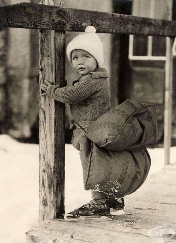 Холандско дете с възглавница на гърба, която да омекоти падането по време на пързаляне по леда.