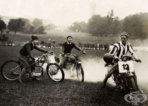 Футбол на мотоциклети на футболното игрище към Crystal Palace в Лондон, Англия 1923 г.