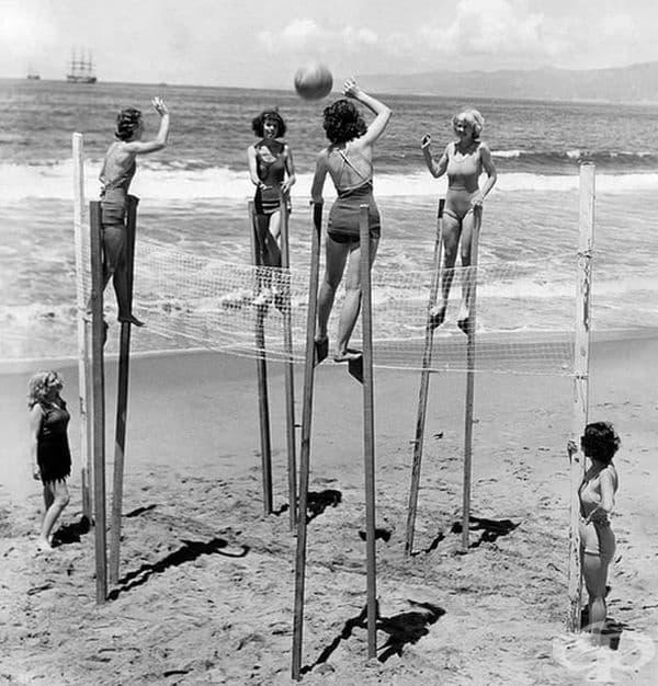 Жени играят волейбол на кокили на плажа в Калифорния, 1942 г.
