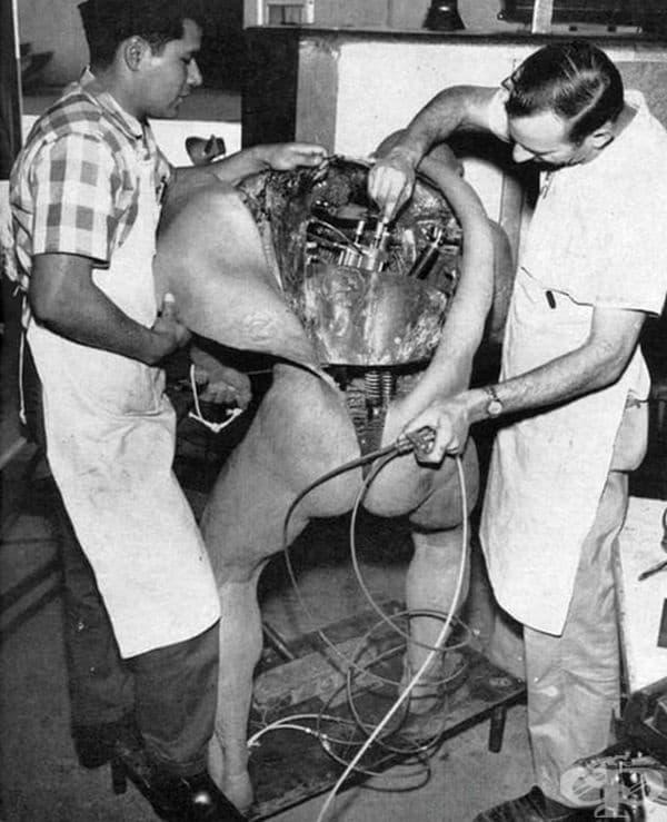 Двама инженери работят върху Disney Animatronic (машина на примитивен човек, която може да се движи и да издава звуци), 1964 г.