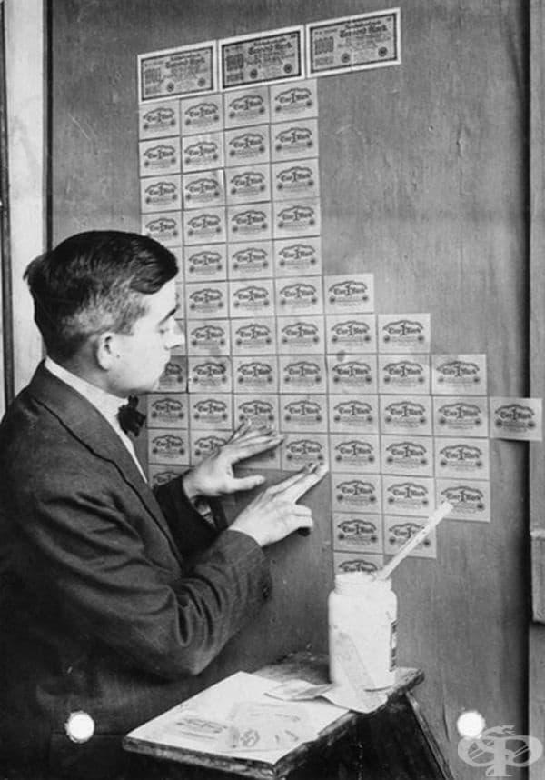 Банкноти, които се нареждат като фототапет по време на хиперинфлация в Германия през 1923 г.