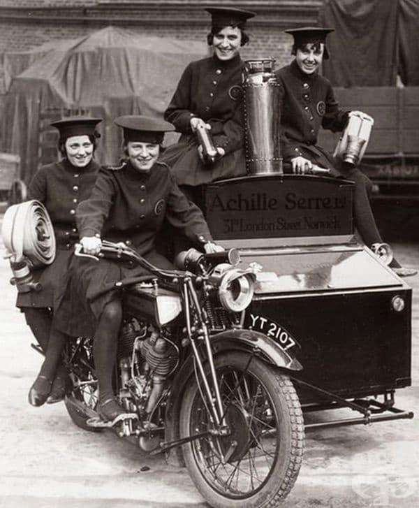 Пожарникарки от Лондон на специално приспособен мотоциклет, 1932 г.