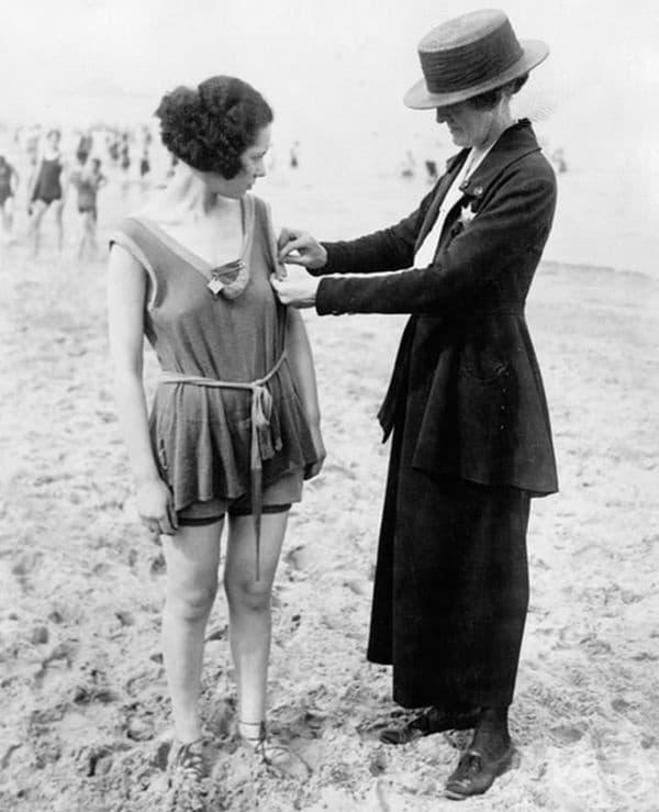 Полицайка проверява банските костюми на дамите по плажа, 1921 г.