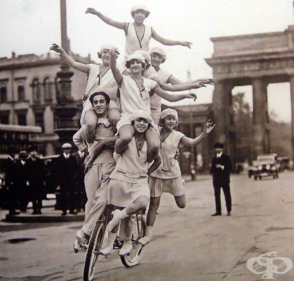 Семейство акробати, демонстриращи номера по улиците на Берлин през 1920 г.