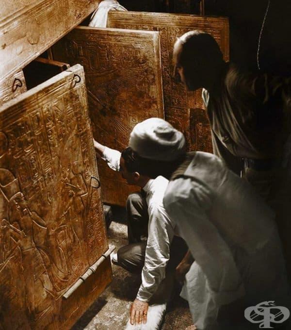 Археолозите Хауърд Картър и Артър Календър и неизвестен египетски работник отварят вътрешната камера и за пръв път виждат саркофага на цар Тут, 1922 г.