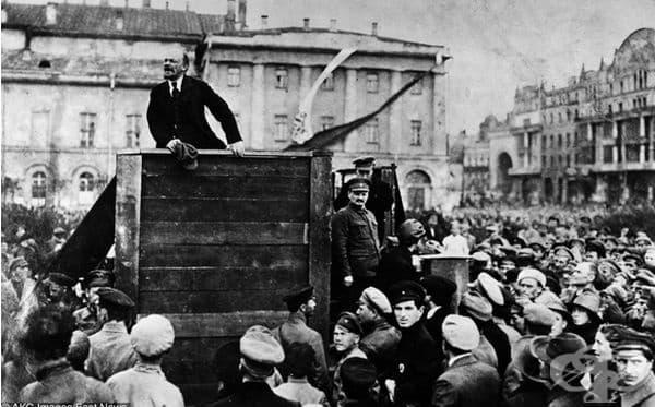 Лидерът на болшевиките Владимир Ленин се обръща към войниците на Червената армия, които се приготвят за руско-полската война, Москва през 1920 г.
