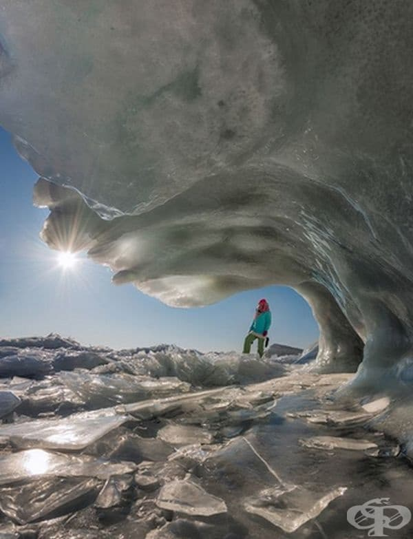 Замръзнала вълна в езеро Байкал.