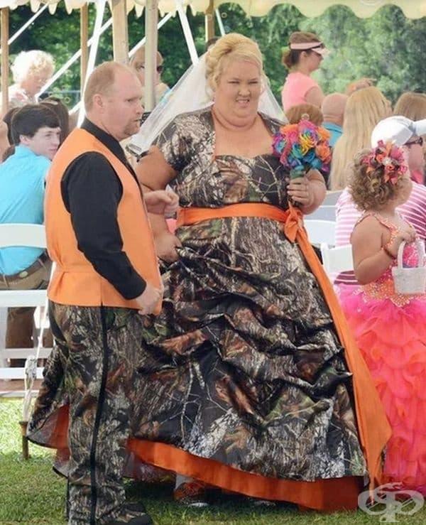 Сватбена рокля и костюм в един тон.