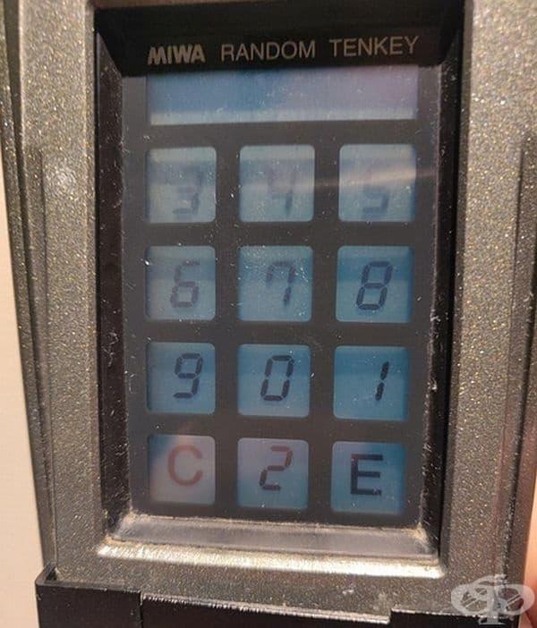 Клавиатура, която рандомизира числата всеки път, така че човекът зад вас да не може да разбере личните ви кодове въз основа на движенията на ръцете ви.