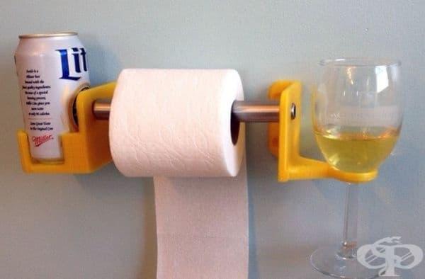 Поставка за тоалетна чиния с места за чаша или безалкохолно.