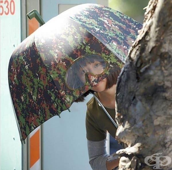 Този чадър изцяло покрива горната част на тялото ви и ви позволява да видите какво се случва около вас.