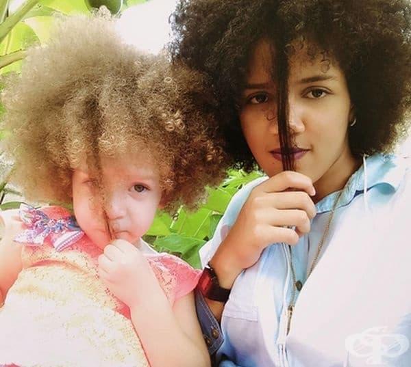 Зашеметяващата коса е семейна черта.