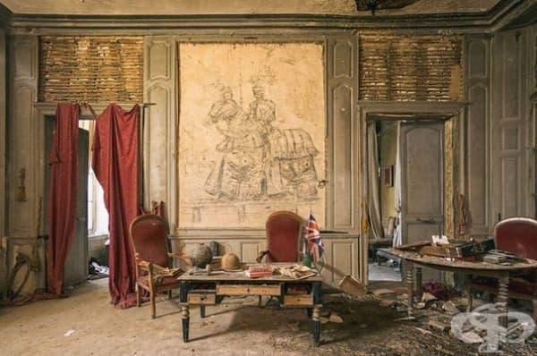 Изоставен замък във Франция.