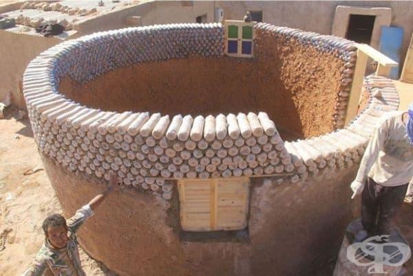 Всъщност, това не е единственото място, където хората използват пластмасови бутилки за добра кауза.Според ВКБООН в отдалечена пустиня на Алжир млад бежанец използва пластмасови бутилки с пясък и изгражда заслони, които издържат по-добре на суровия климат.