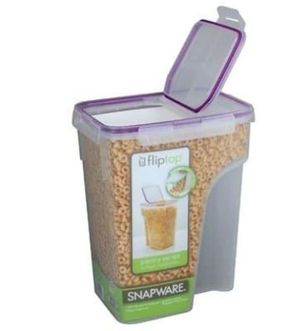 Съхранявайте храната на домашния любимец в кутия за зърнени храни.