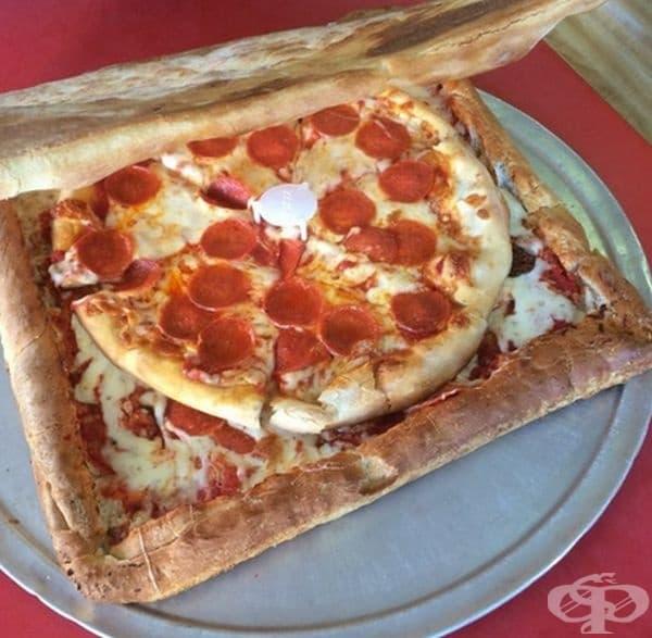 Пица, доставена в кутия от пица.