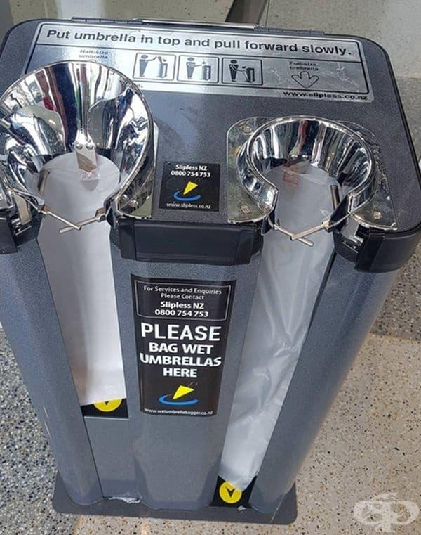 Машина, която опакова мокрите чадъри в найлонови торбички.