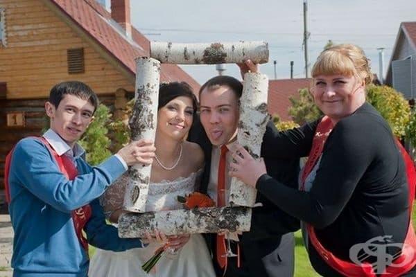 Младоженци в рамка.