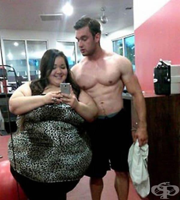 Тя го подкрепя в залата, докато той тренира.