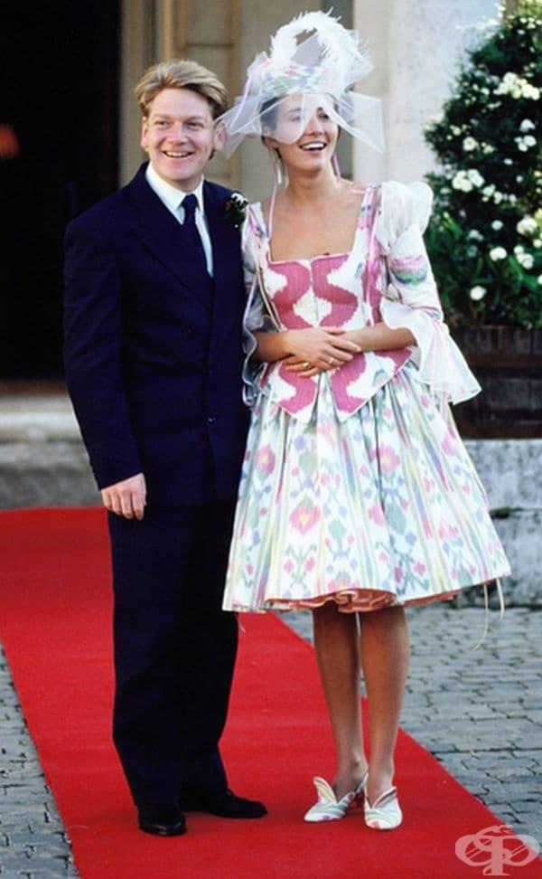 Ема Томпсън, 1989г. Когато Ема Томпсън се омъжи за ирландския актьор Кенет Бранаг през 1989 г., никой не е очаквал, че тя ще се разхожда в многоцветна рокля с преобладаващо розово.