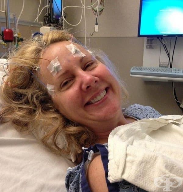 """""""Това е снимка на красивата ми майка, преди бързо се влоши от глиобластома. Тук тя влиза в мозъчна операция с усмивка на лицето си. Тази снимка ме вдъхновява да се усмихвам, дори и в трудни времена""""."""