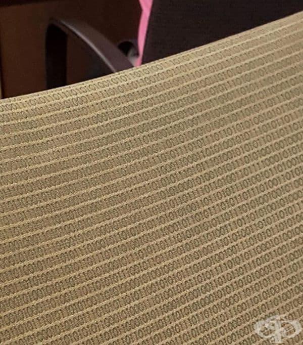 Столовете в кабинет по математика са с бинарни кодове.