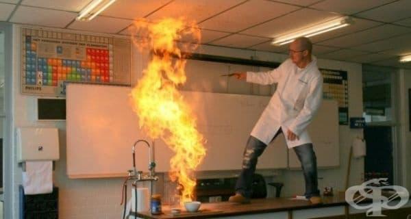 Урокът по химия леко излезе извън контрол в този момент.