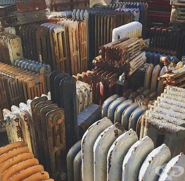 Склад с износени радиатори изглежда като стар жилищен квартал.