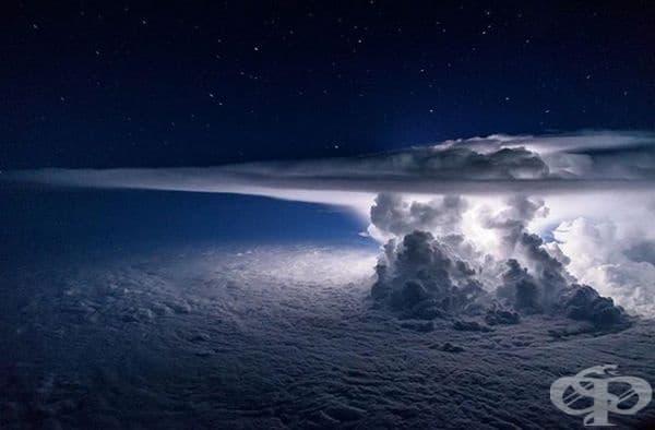 Буря над Тихия океан след мълния.