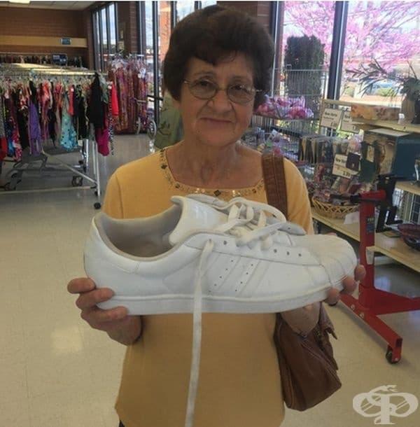 Тук няма нищо странно, само обувка с размер 55.