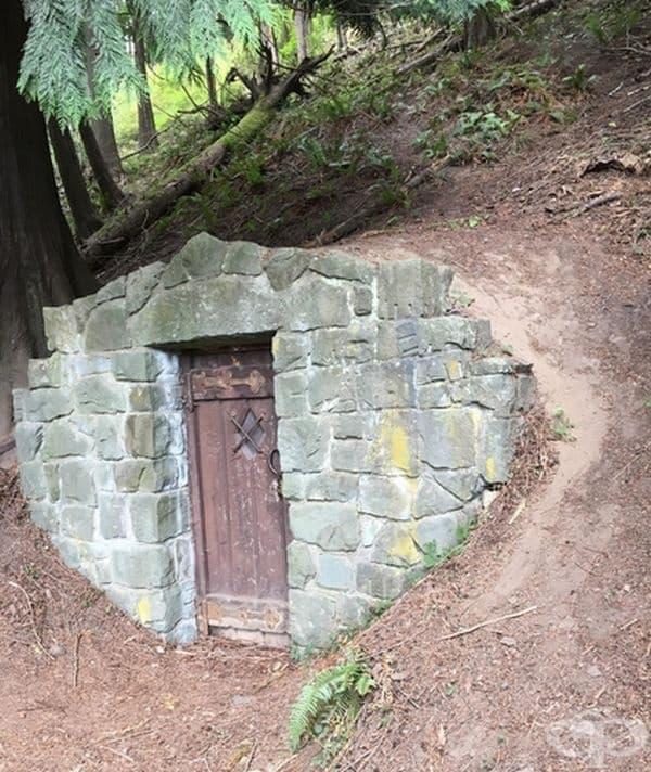 Все още не е известно за какво се е използвано това помещение. Някои хора смятат, че това е стара пещ за вар, други твърдят, че това е изба или бомбоубежище.