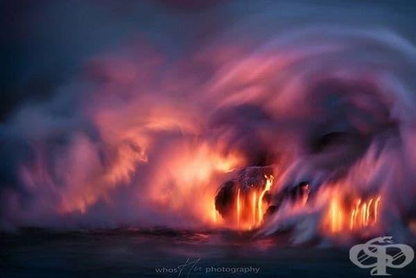 Истинското шоу от навлизането на лава в океана започна след залез слънце. За 10 минути светлината от лавата се балансира идеално с намаляващия здрач.