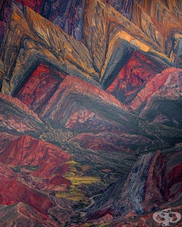 Живописната планинска долина Quebrada de Humahuac, която се намира в Аржентина, изглежда като истинска картина.
