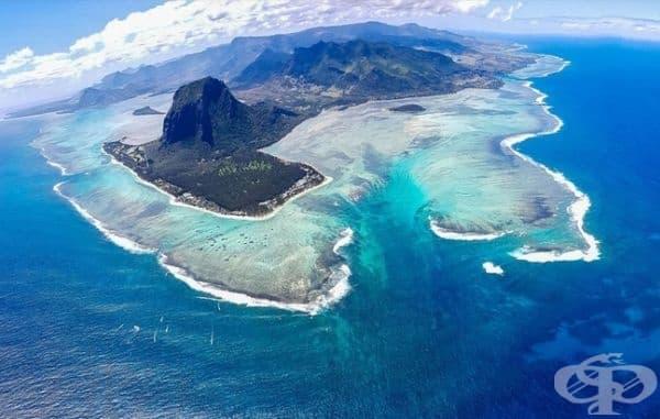 Снимка от Югозападен Мавриций с гледка към подводен водопад.