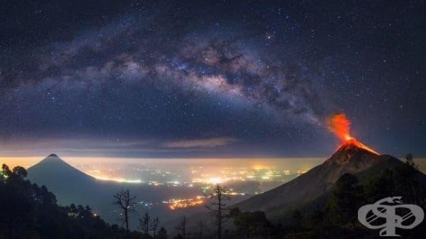 Сякаш Млечният път започва от изригващ вулкан в Гватемала.