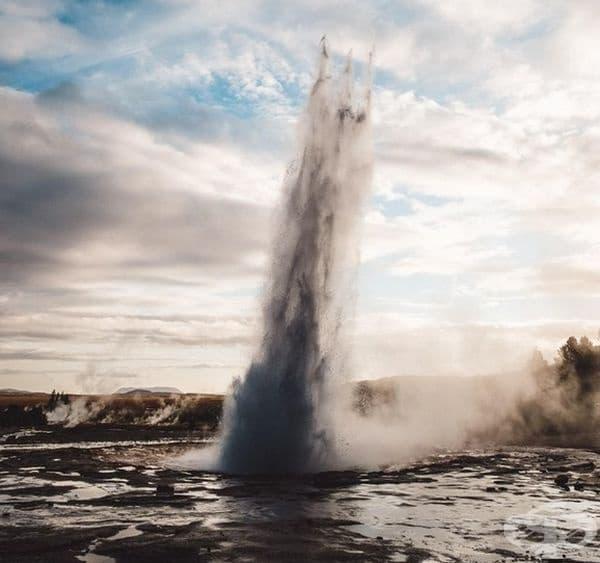 """Улових тризъбеца на Посейдон, издигащ се от гейзера Строхкюр в Исландия."""