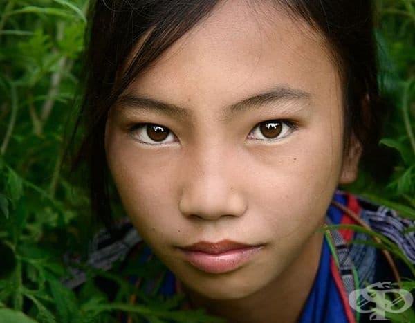 Това е портрет на момиче от племето Black H'mong във Виетнам. Какъв дълбок поглед!