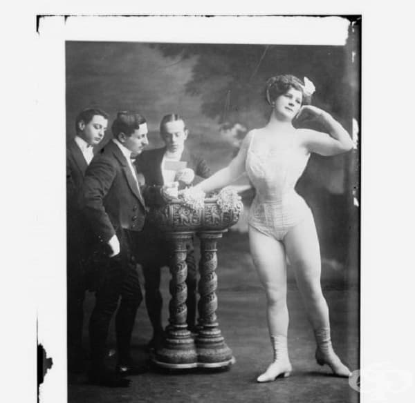 Лейди Херкулес и няколко средни на ръст господа.