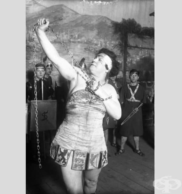 Сандрина - немска културистка - разкъсва 10-милиметрова верига с голи ръце.