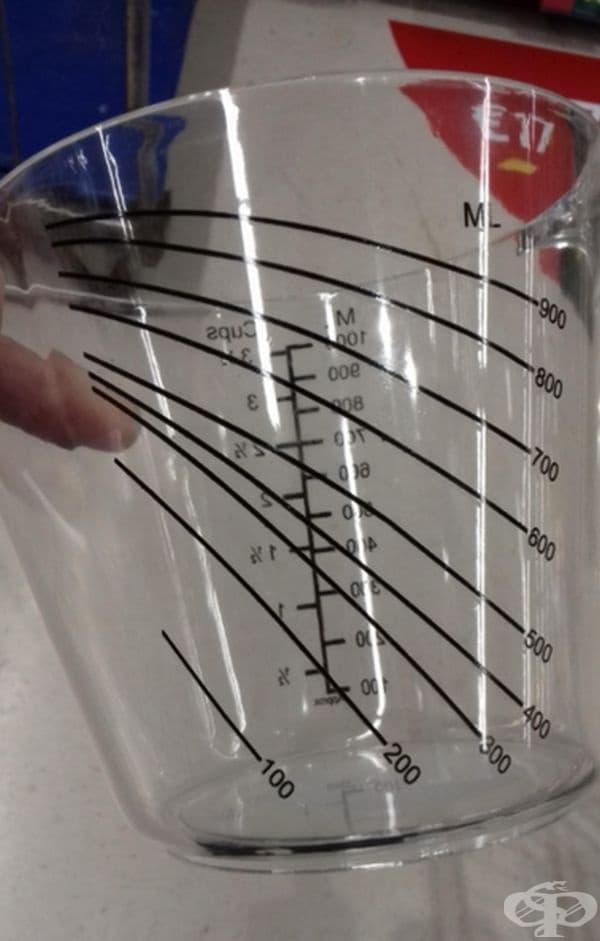 Мерителната чаша показва обема, дори когато е наклонена.