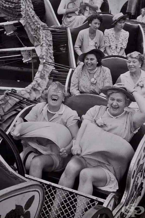 Благородни дами се возят на влакче в увеселителен парк.