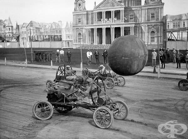 Мъже играят на пушбол докато шофират специални автомобили, Канада, 1925 г.