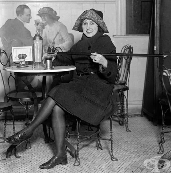 Време на забрана: жена демонстрира бастун, в който е скрита алкохолна напитка. Чикаго, 1922 г.
