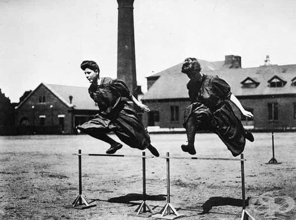 Спортните дрехи не винаги са били толкова удобни, колкото са днес. Ето как са се обличали жените, докато спортуват в началото на 20-ти век.