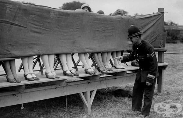 Полицай - съдия на състезание за глезени в Хаунслоу, Лондон, 1930 г.