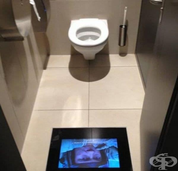 Киносалон с инсталирани екрани в тоалетните, за да не пропуснете важни моменти от филма.