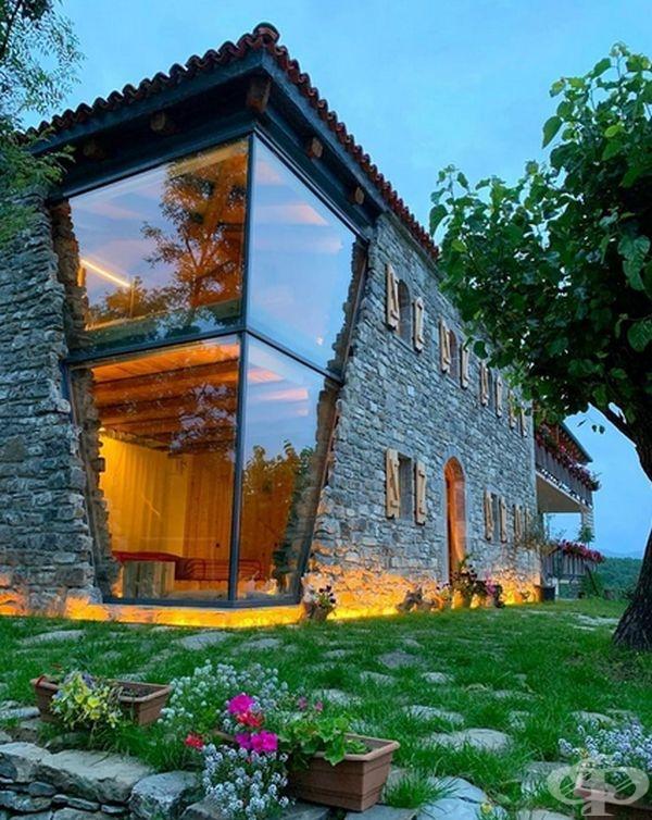 Невероятна къща със стъклен ъгъл. Вижте как изглежда тя отвън и отвътре - изображение