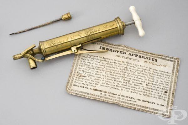 Снимката показва как е изглеждал уредът, разработен от д-р Блъндел, а от етикета могат да се прочетат инструкциите за правилната му експлоатация.