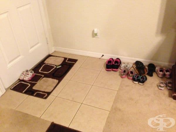 Помолих моята 2-годишна дъщеря да остави обувките си до вратата. Понякога тя приема думите ми прекалено буквално...
